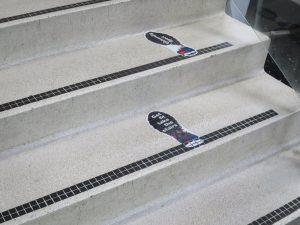 Foto nudging voetstappen op trap